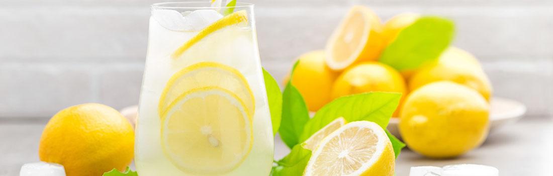 Tomar agua con limón cada mañana trae beneficios?